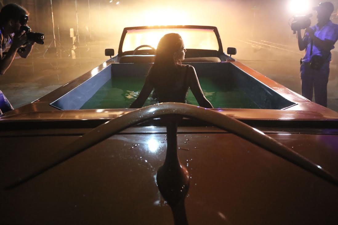 Эротическая сцена из фильма на кабриолете